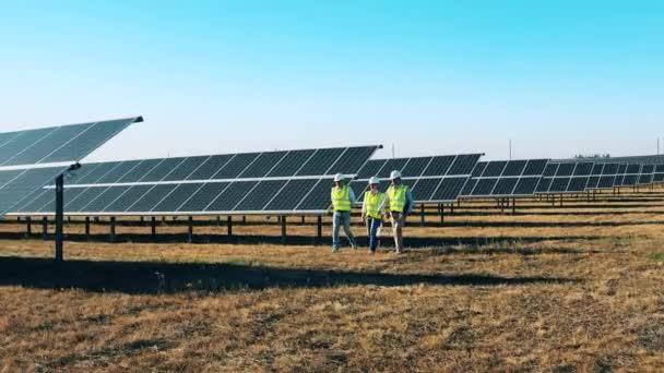 Spezialisten für Solarenergie überwachen ein Solarkraftwerk
