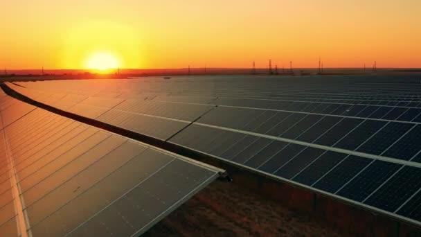 Egy naperőmű drónfelvétele naplementekor