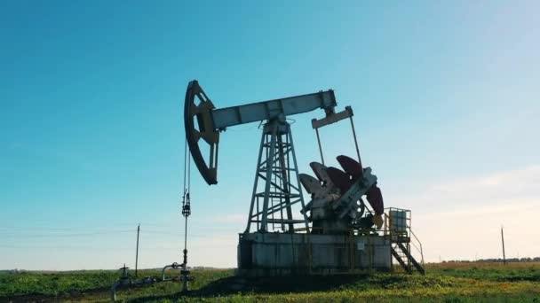 Rohöl-Pumpjack auf Ölfeld.