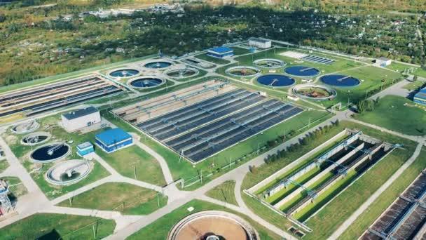 Abwasserkonzept. Luftaufnahme einer großen Kläranlage bei Tageslicht