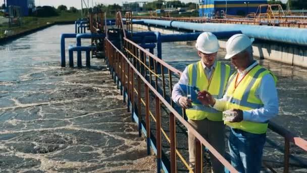 Abwasserbetreiber überprüfen den Wasserzustand in einer Kläranlage