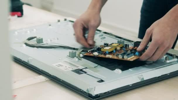 Teile eines in Reparatur befindlichen Geräts werden demontiert