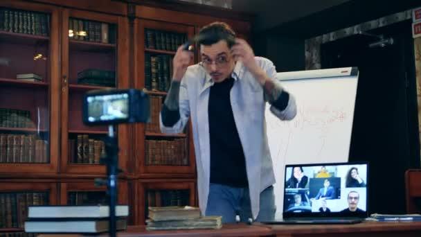 Lehrer setzt Kopfhörer auf, um einen Online-Unterricht aus der Ferne durchzuführen