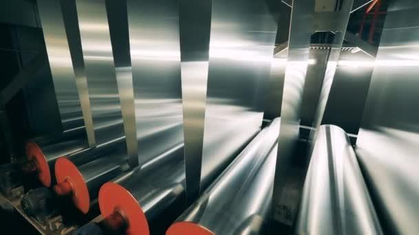 Kovový materiál prochází mechanickými válci