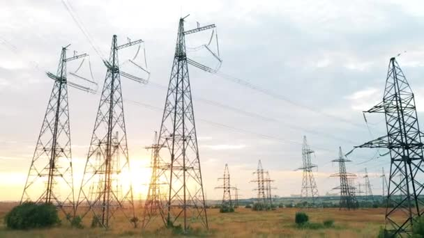 Snímek dronů velké elektrárny umístěné v poli