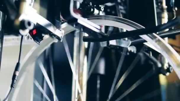 Průmyslovým mechanismem je vyztužení paprsků v ráfku kola