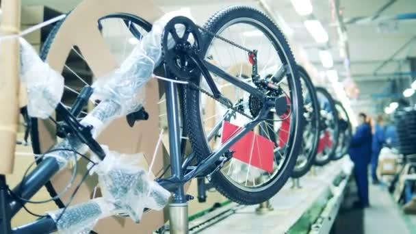 Nově vyrobená kola se připravují na distribuci