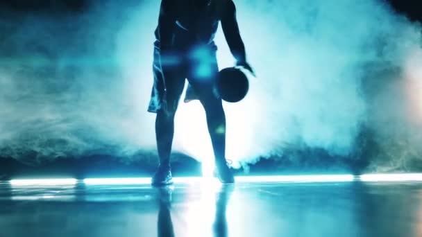 Egy férfi gyakorol, hogy zsonglőrködjön egy kosárlabdával