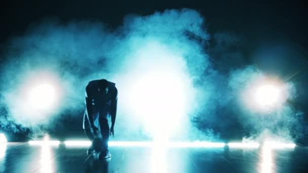 Egy férfi kosarazik egy sötét szobában.