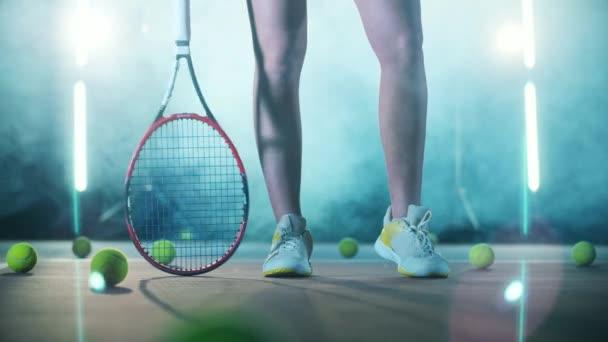 Nohy atletické ženy stojící v tenisové hale