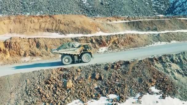 Beladener LKW auf der Straße eines Kupferbergwerks