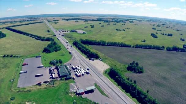 Plynové stanice, hotel a silniční služba. Letecký pohled na dálnici s automobily jízdy po silnici