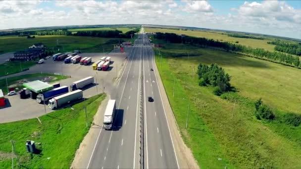 Letecký pohled na dálnici s automobily jízdy po silnici. Plynové stanice, hotel a silniční služba