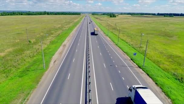 Légifelvételek egy autópálya, autó vezetés, egy út mentén. A gas station, hotel és közúti szolgáltatás.