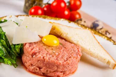 Beef tartare with bread