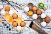 Lepenkové vejce box na dřevěný stůl. Velikonoční zátiší