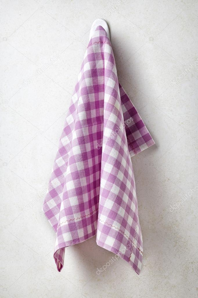 Toalla limpia y suave, colgada en la pared del baño — Fotos de Stock ...