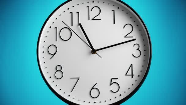 Bílé nástěnné hodiny na modrém pozadí. Hodina až dvanáct, časový útlum. Časový koncept.