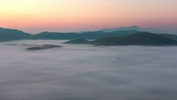 Východ slunce s mraky v Castelluccio di Norcia v Itálii.