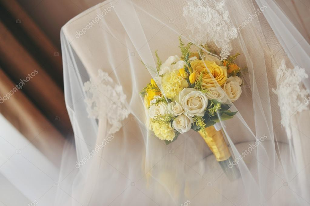Bouquet Fiori Gialli.Incredible Wedding Bouquet Of White And Yellow Flowers Stock