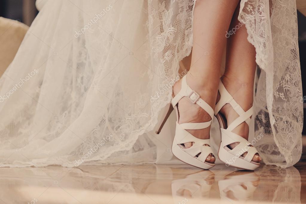 sandalias de novia muy hermoso en pies femeninos — fotos de stock