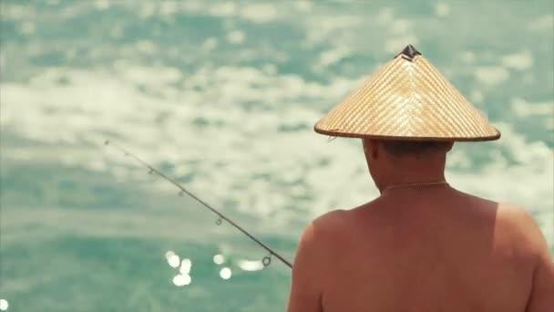 der Fischer mit dem vietnamesischen Hut