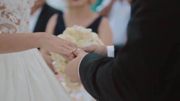 ženich šaty prsten, aby nevěstě ve svatební oblouk na slavnostním