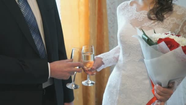 Braut und Bräutigam halten Gläser Champagner