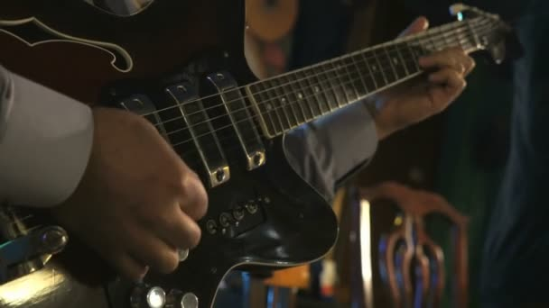 Gitáros játszani a gitár a klub