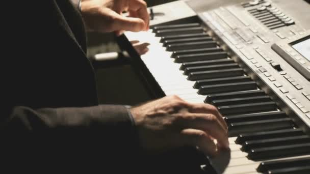 Mann spielt Synthesizer im Club