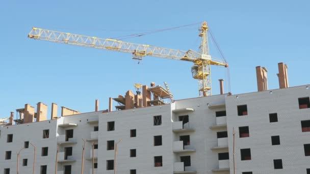 Výstavba bytových domů. Jeřábnické práce