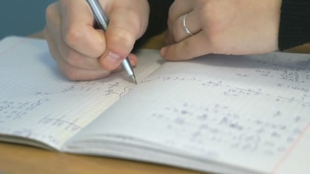 Diák szöveget írja a notebook. Vértes