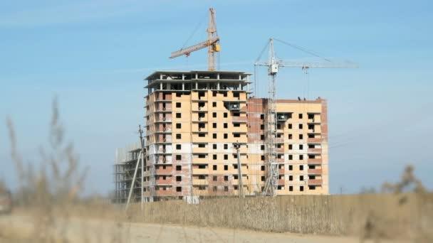 Výstavba bytových domů. Jeřáby práce