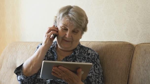 stará žena mluví na mobilní telefon