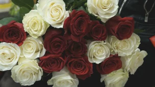 Kytice bílých a červených růží ležet na kolena girl