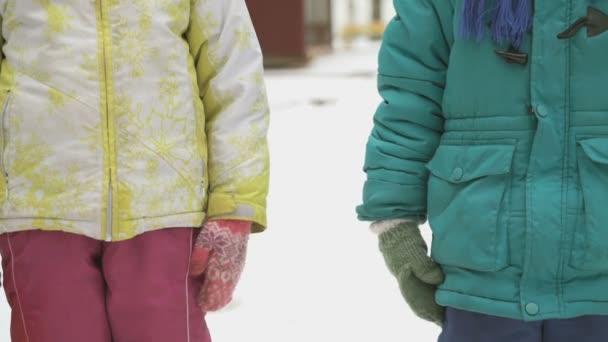 Kleine Jungen und Mädchen nehmen freundlich die Hände