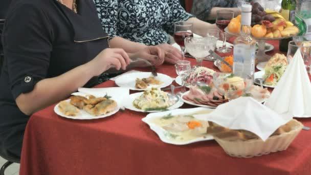 Žena sedí u stolu jíst maso