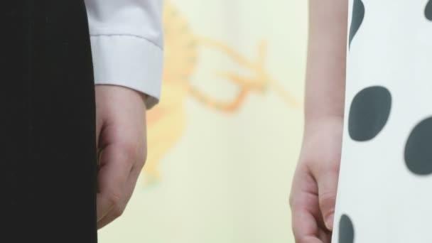 Kleiner Bruder und Schwester halten Händchen