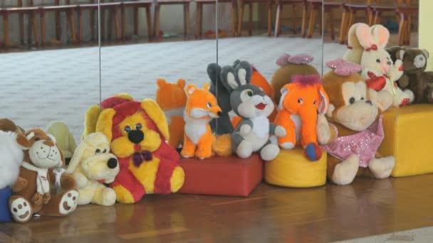 Miminko měkké zvířecí hračky v sále školky