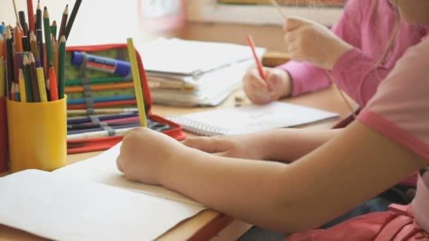 Holčičky kreslit v písanky