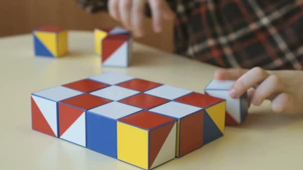 Chlapec sbírat vzorek pomocí barevných kostek