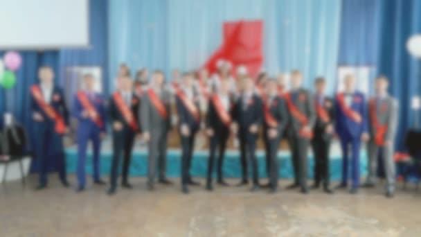 Studenti chlapci tančit, zpívat písně ve školní hale