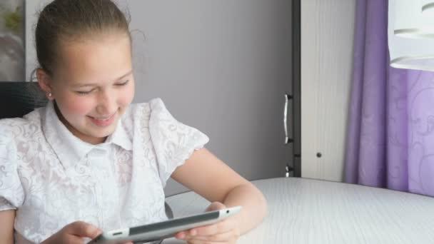 Roztomilá holčička využívá digitální tabletový počítač