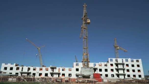 Staveniště zahrnují čtyři stavební jeřáby