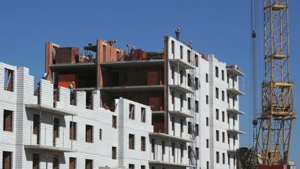 Stavitelé vložili cihly na staveništi