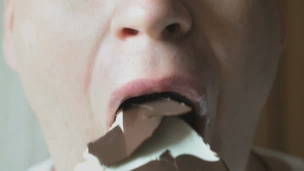Mann isst ein Schokoladeneis