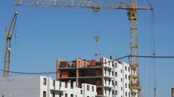 Bauarbeiter legten das Mauerwerk an. die Baustelle