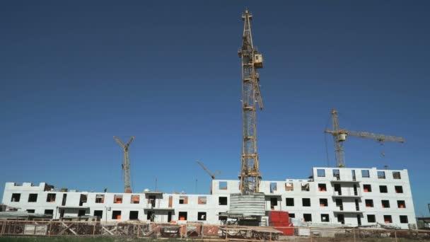 Baustelle umfasst vier Baukräne