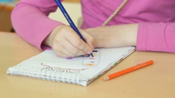 Děti kreslí obrázky v písanky
