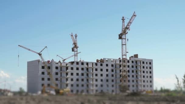 Stavební jeřáby prací na staveništi
